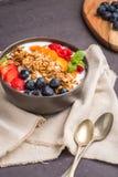 Yaourt avec la granola et les baies cuites au four photo libre de droits
