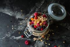 Yaourt avec la granola et les baies dans le petit pot, fraises, myrtilles , cassis douceur Yaourt fait maison photos stock