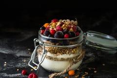 Yaourt avec la granola et les baies dans le petit pot, fraises, myrtilles , cassis douceur Yaourt fait maison Nourriture saine photos libres de droits
