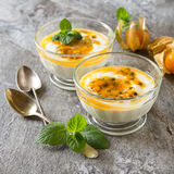Yaourt avec le fruit de trapicheskim, le passionfruit et l'alkékenge i Images stock