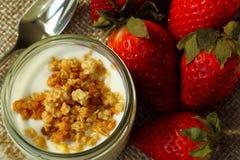 Yaourt avec le muesli frais, fraise Photos libres de droits