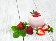 Yaourt avec les fraises fraîches Photos stock