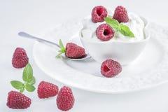 Yaourt bulgare naturel avec des framboises Photos stock