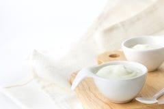 yaourt crème naturel dans la tasse du plat en bois image libre de droits
