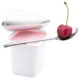 Yaourt de cerise dans le bac ouvert de yaourt Image stock