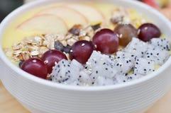 Yaourt de mangue avec l'avoine, le fruit du dragon, le raisin et la pomme Photo libre de droits