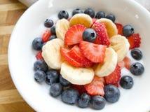 Yaourt de myrtille de fraise de banane dans la cuvette blanche image stock