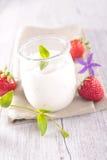 Yaourt et fraise frais Photographie stock libre de droits
