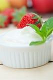 Yaourt et fraise grecs organiques Images libres de droits