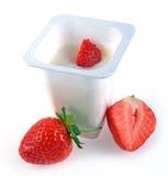 Yaourt et fraises mûres Photographie stock libre de droits