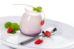 Yaourt et fraisiers communs Photo libre de droits