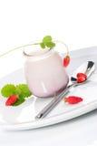 Yaourt et fraisiers communs Photos stock