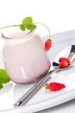 Yaourt et fraisiers communs Images libres de droits