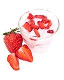 Yaourt frais de fraise sur le blanc images stock