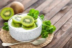 Yaourt frais de kiwi avec des fruits et des graines de chia Photographie stock libre de droits