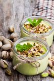Yaourt naturel de pistache dans un petit pot en verre sur la table en bois photographie stock libre de droits