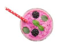 Yaourt ou smoothie de Blackberry avec les feuilles en bon état d'isolement sur le fond blanc Vue supérieure Consommation saine Photo libre de droits