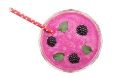 Yaourt ou smoothie de Blackberry avec les feuilles en bon état d'isolement sur le fond blanc Vue supérieure Consommation saine Images stock