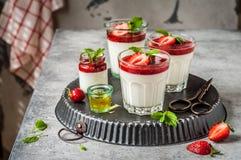 Yaourt Panna Cotta avec des fraises Image stock