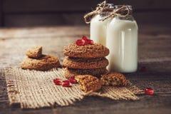 Yaourt potable en bouteilles et biscuits, foyer sélectif Image stock