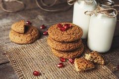 Yaourt potable en bouteilles et biscuits, foyer sélectif Image libre de droits