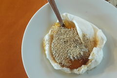Yaourt turc avec le clou de miel et de girofle Images libres de droits