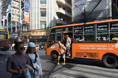 YAOWARAT,曼谷,泰国2016年1月-10, :微型公共汽车第1 sto 免版税库存照片