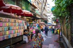 YAOWARAT, BANGKOK, TAILANDIA -10 ENERO DE 2016: Vendedor no identificado Fotos de archivo libres de regalías