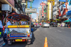 YAOWARAT, BANGKOK, TAILANDIA -10 GENNAIO 2016: Veicolo di Tuk Tuk Fotografia Stock