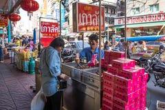 YAOWARAT BANGKOK, THAILAND -10 JANUARI, 2016: Oidentifierad försäljare Arkivfoton