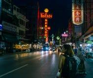 Yaowarat väg på natten Royaltyfria Bilder
