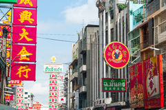 Yaowaratweg, de Chinatown van Bangkok, Thailand Stock Foto