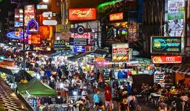 Yaowaratweg, de hoofdstraat van Chinatown in Bangkok Thailand stock foto