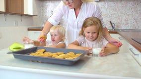 Yappy familj Modern sätter på tabellen som, per exponeringsglas av mjölka för två systrar, små flickor, mjölkar att äta för child stock video