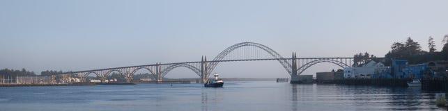 Yaquina全景海湾的桥梁 免版税库存图片