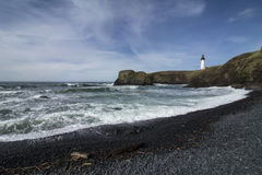 Yaquina возглавляет маяк, Ньюпорт, Орегон осмотрело от мостить пляж Стоковые Фотографии RF