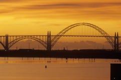 在日落的Yaquina海湾桥梁在纽波特,俄勒冈 免版税库存图片