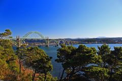 Yaquina-Bucht-Brücke im Winter Sun Newport, Oregon lizenzfreies stockfoto