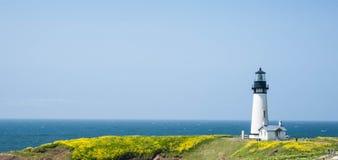 Yaquina głowy latarnia morska w kwiacie Fotografia Royalty Free