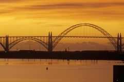 Yaquina zatoki most przy zmierzchem w Newport, Oregon Obraz Royalty Free