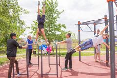 Yar claro Região de Volgograd Rússia - 2 de junho de 2017 Adolescentes que praticam na barra horizontal na abertura do EL do fund Foto de Stock
