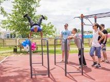 Yar claro Região de Volgograd Rússia - 2 de junho de 2017 Adolescentes que praticam na barra horizontal na abertura do EL do fund Imagem de Stock