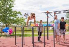 Yar claro Região de Volgograd Rússia - 2 de junho de 2017 Adolescentes que praticam na barra horizontal na abertura do EL do fund Fotografia de Stock Royalty Free