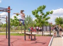 Yar claro Região de Volgograd Rússia - 2 de junho de 2017 Adolescentes que praticam na barra horizontal na abertura do EL do fund Imagens de Stock