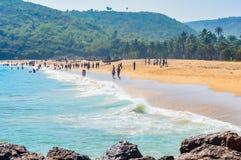 Yarada海滩,维沙卡帕特南,印度2018年12月10日-放松和享用在Yarada海滩的人们 海岸地区被围拢 免版税库存图片