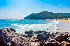 Yarada海滩,维沙卡帕特南,印度2018年12月10日-放松和享用在Yarada海滩的人们 海岸地区被围拢 免版税库存照片