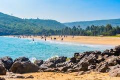 Yarada海滩,维沙卡帕特南,印度2018年12月10日-放松和享用在Yarada海滩的人们 海岸地区被围拢 免版税图库摄影