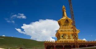 Yarchen雀鳝金黄stupa在西藏 图库摄影