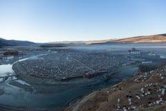 The Yarchen Gar Buddhist institution near Serthar in Kham, Eastern Tibet. Yarchen Gar: A City of Nuns Stock Photo