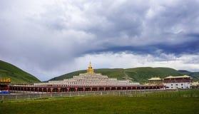 Yarchen Gar Monastery i Sichuan, Kina Arkivbilder